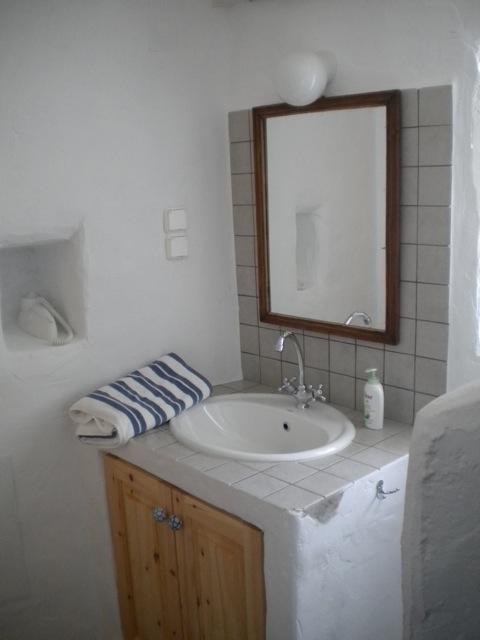 separates-gaestehaus-lachania-kleines-bad-mit-spiegel-im-gaestehaus