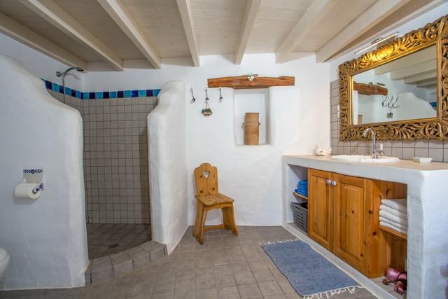 Badezimmer mit geräumiger Dusche fotografiert aus Richtung Innenhof