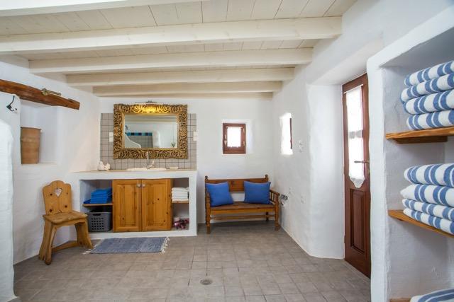 Badezimmer mit Dusche und Zugang vom Wohnzimmer unjd vom Innenhof.