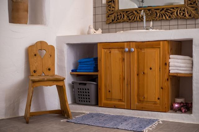 Einrichtungsdetail: Unterschrank unter Spülstein im Badezimmer Nähe Wohnbereich.