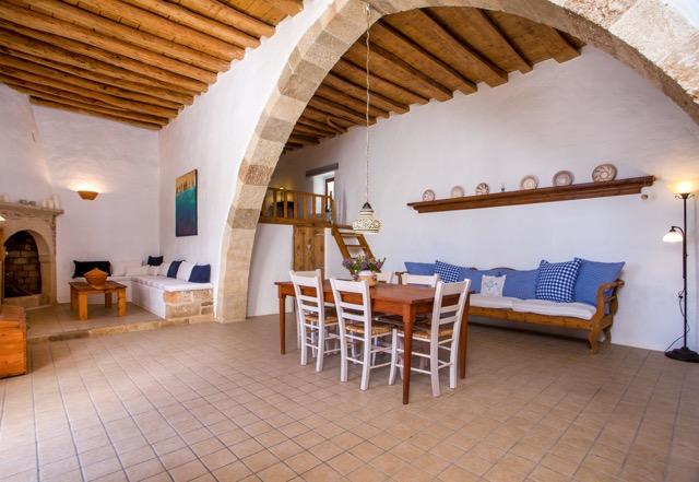 Foto Innenraum vom Turmhaus Lacunes, Wohnbereich mit Sala und Kaminsitzecke, Sofa und Familientisch