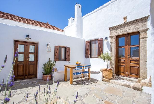 Fenster zum Hof Dorfstr. 124, Lachania, Rhodos, Griechenland. Türen zum separaten Gästezimmer (links) und zum Wohnbereicht (rechts)