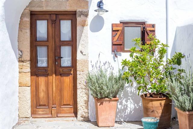 Tür zum Badezimmer unter der Innentreppe vom Innenhof aus fotografiert
