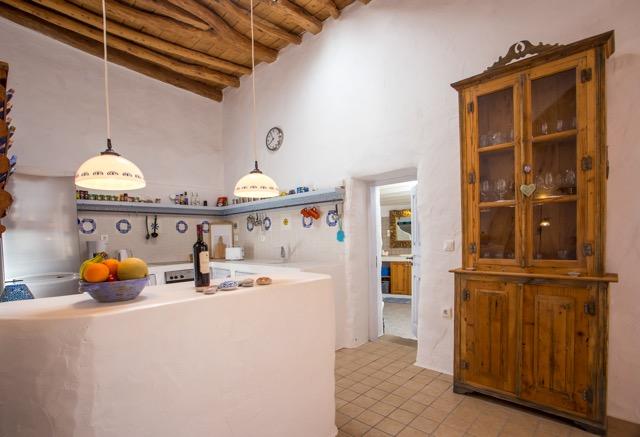 Küche und Zugang zum Badezimmer, amerikanische Kitchinette-Anrichte, Geschirrschrank.