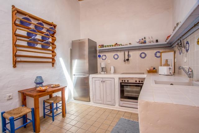 Küche Turmhaus mit großem Kühl- und Gefrierschrank, Herd mit Ceranfeld, großer Arbeitsablage, Toaster, Kaffemaschine, Wasserkocher und Gewürzen. Spülstein.