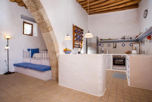 Schlafempore und Küchenbereich mit halbem Rundbogen