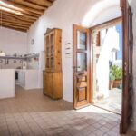 Turmhaus: Eingangsbereich zum Wohnzimmer mit Blick in die Küche und Innenhof.