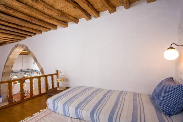 Turmhaus Lachania: Schlafsala mit Blick in den Küchenbereich