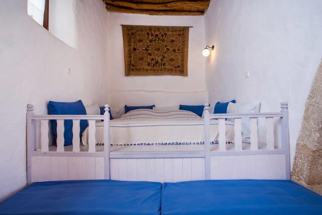 Wohnzimmer mit Schlaf-Empore am Rundbogen im großen Wohnzimmer.