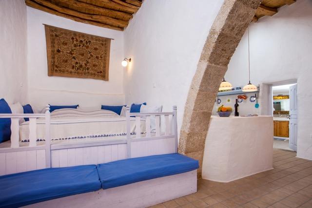 Wohnzimmer mit Schlaf-Sala und Sitzgelegenheit, Blick in die Küche und durch die Tür ins Bad.