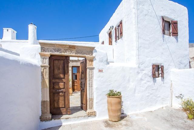 Hausnummer 124 in der Dorfstraße in Lachania auf Rhodos, Griechenland.