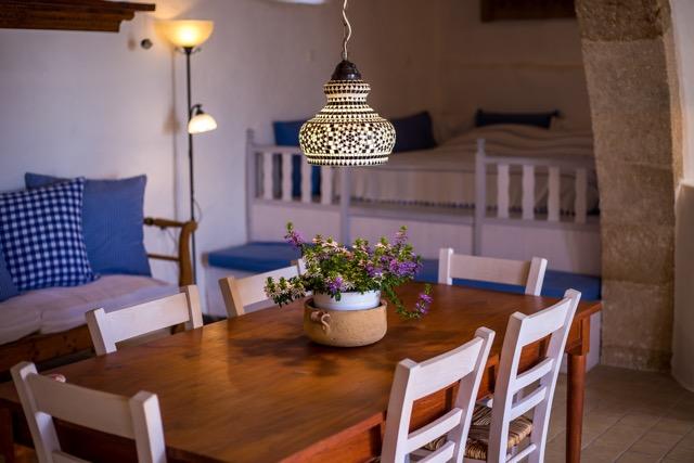Wohnzimmer mit Schlaf-Sala und Sitzgelegenheit, Blick auf den großen Eßtisch.